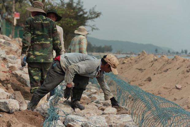 Cận cảnh bãi biển Nghệ An vẫn ngổn ngang trước mùa du lịch - Ảnh 9.