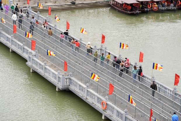 Chùm ảnh: Hơn một vạn người đội mưa về lễ chùa Tam Chúc  - Ảnh 7.