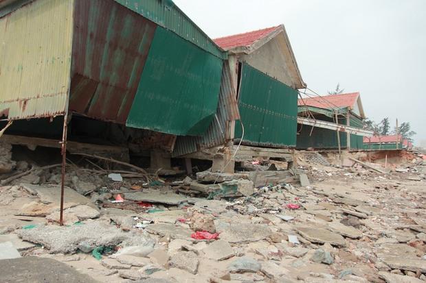 Cận cảnh bãi biển Nghệ An vẫn ngổn ngang trước mùa du lịch - Ảnh 4.