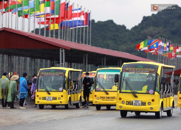 Chùm ảnh: Hơn một vạn người đội mưa về lễ chùa Tam Chúc  - Ảnh 8.