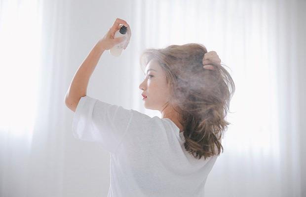 Tất tần tật những điều bạn cần biết về dầu gội khô nếu muốn giữ cho mái tóc luôn sạch bóng, không bị gãy rụng - Ảnh 3.