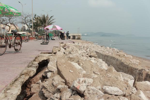 Cận cảnh bãi biển Nghệ An vẫn ngổn ngang trước mùa du lịch - Ảnh 2.