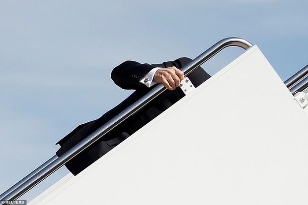 Tổng thống Mỹ Joe Biden liên tục vấp ngã khi bước lên chuyên cơ Không lực Một, hình ảnh ghi lại khiến nhiều người xem phải thót tim - Ảnh 1.