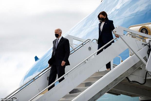 Tổng thống Mỹ Joe Biden liên tục vấp ngã khi bước lên chuyên cơ Không lực Một, hình ảnh ghi lại khiến nhiều người xem phải thót tim - Ảnh 6.