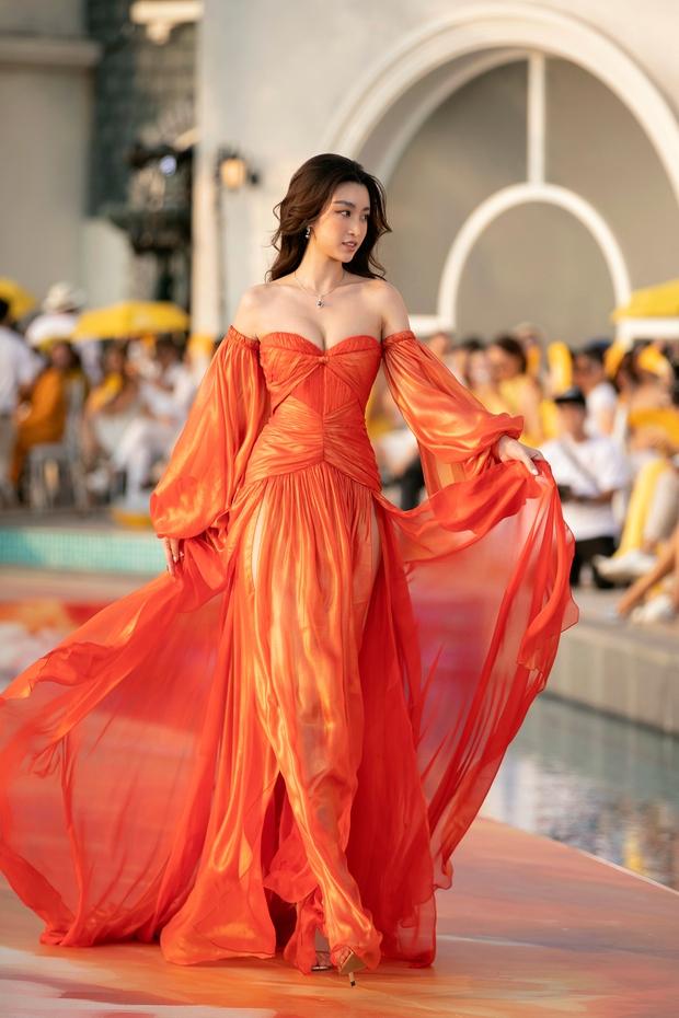 Lâu lâu mới có sự kiện thời trang nên khách mời thi nhau hở bạo, choáng nhất là độ bạo liệt của dàn Hoa - Á hậu - Ảnh 17.