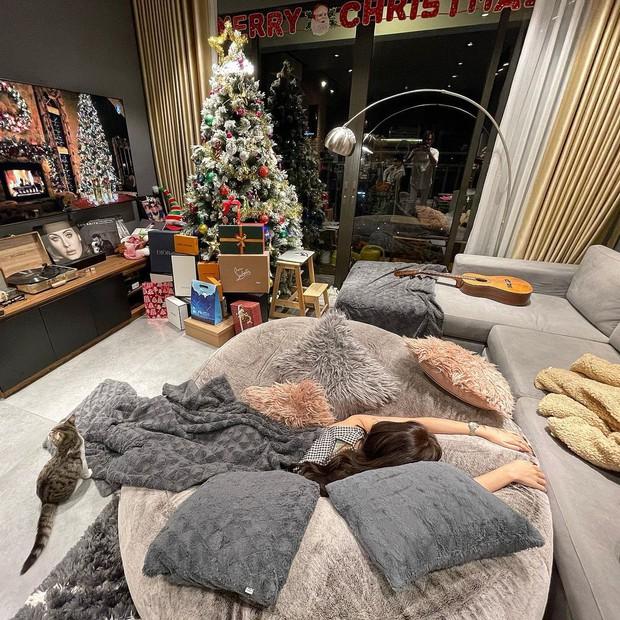 """Ngắm sofa xịn của sao Việt mà mê, ai muốn decor phòng khách sang xịn thì nên sắm 8 """"bé"""" này - Ảnh 2."""