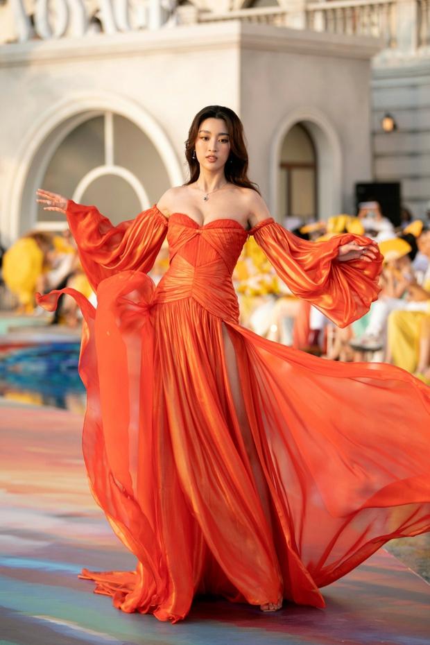 Đại hội khoe ngực cuối tuần từ các Hoa hậu hết nhiệm kỳ: Tiểu Vy trễ nải nhưng vẫn không lại độ phồn thực của Kỳ Duyên và Đỗ Mỹ Linh - Ảnh 6.