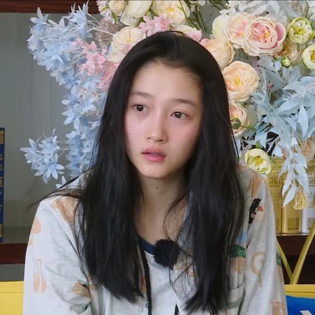 Mặt mộc còn ngái ngủ của Quan Hiểu Đồng khiến cả Weibo bất ngờ: Làn da mịn màng không tì vết, Luhan đúng là có số hưởng - Ảnh 2.