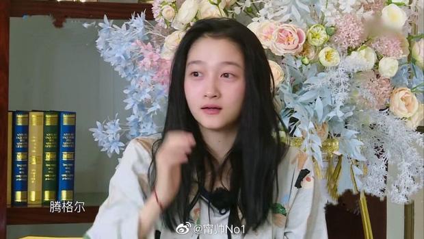 Mặt mộc còn ngái ngủ của Quan Hiểu Đồng khiến cả Weibo bất ngờ: Làn da mịn màng không tì vết, Luhan đúng là có số hưởng - Ảnh 4.