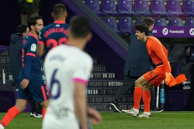 Thủ môn ghi bàn phút 90+4 đưa đội nhà trở về từ cõi chết - Ảnh 1.