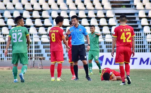 Ngỏ lời xin lỗi, thủ môn ăn mừng khiêu khích trọng tài vẫn bị CLB cấm thi đấu - Ảnh 2.