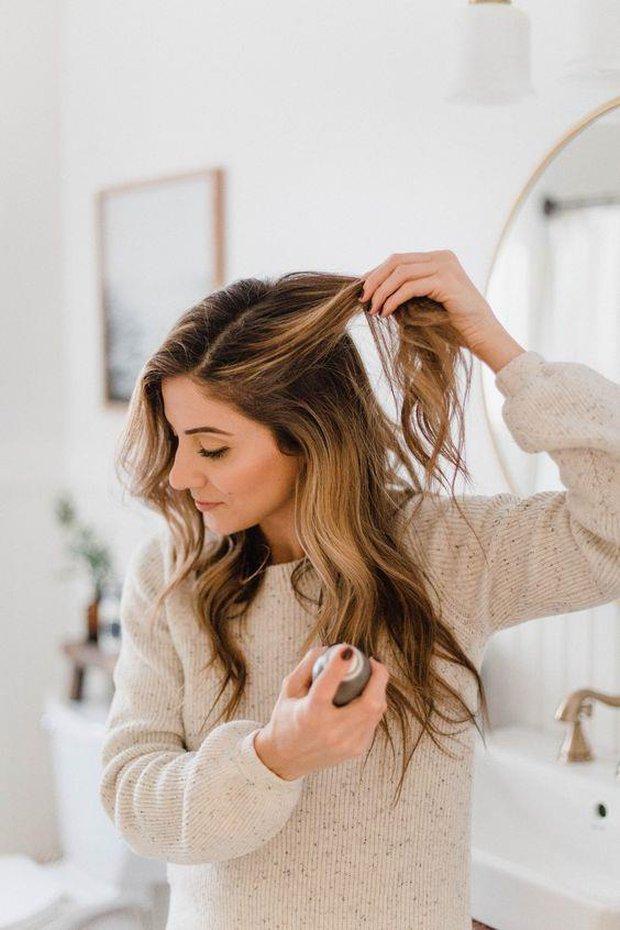 Tất tần tật những điều bạn cần biết về dầu gội khô nếu muốn giữ cho mái tóc luôn sạch bóng, không bị gãy rụng - Ảnh 1.