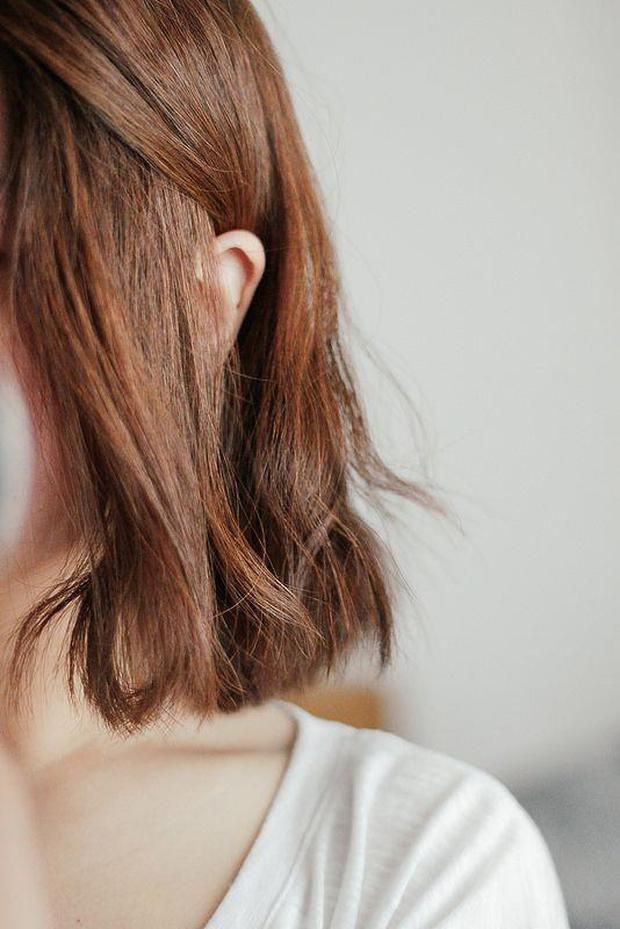 Tất tần tật những điều bạn cần biết về dầu gội khô nếu muốn giữ cho mái tóc luôn sạch bóng, không bị gãy rụng - Ảnh 2.