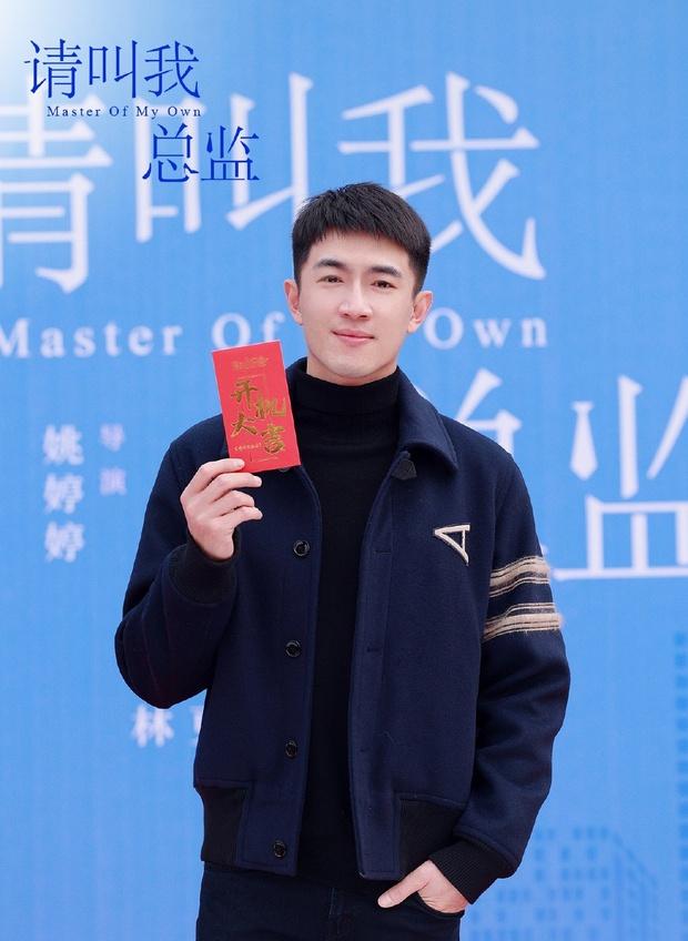 Đàm Tùng Vận lột xác, diện cây đen như phú bà cạnh trai siêu hư Lâm Canh Tân ở lễ khai máy phim mới - Ảnh 2.