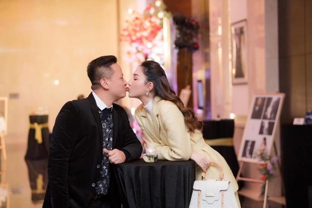 Á hậu Ngô Trà My lâu lắm mới lộ diện: Mở tiệc hoành tráng kỷ niệm 5 năm kết hôn, chồng đại gia có hành động khiến khách phát ghen - Ảnh 7.