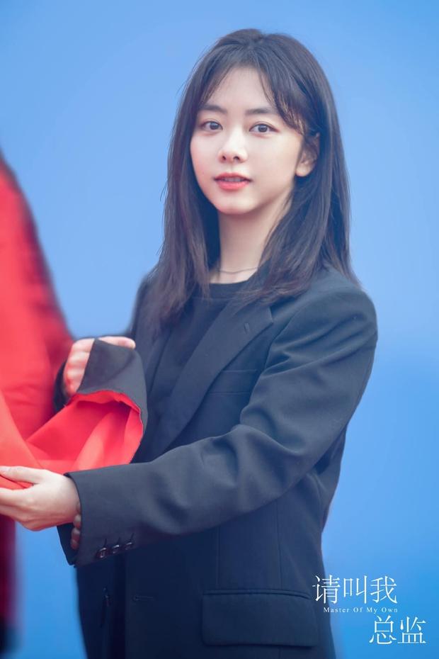 Đàm Tùng Vận lột xác, diện cây đen như phú bà cạnh trai siêu hư Lâm Canh Tân ở lễ khai máy phim mới - Ảnh 4.
