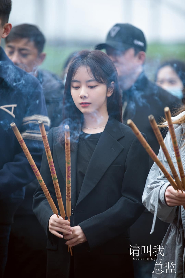 Đàm Tùng Vận lột xác, diện cây đen như phú bà cạnh trai siêu hư Lâm Canh Tân ở lễ khai máy phim mới - Ảnh 6.