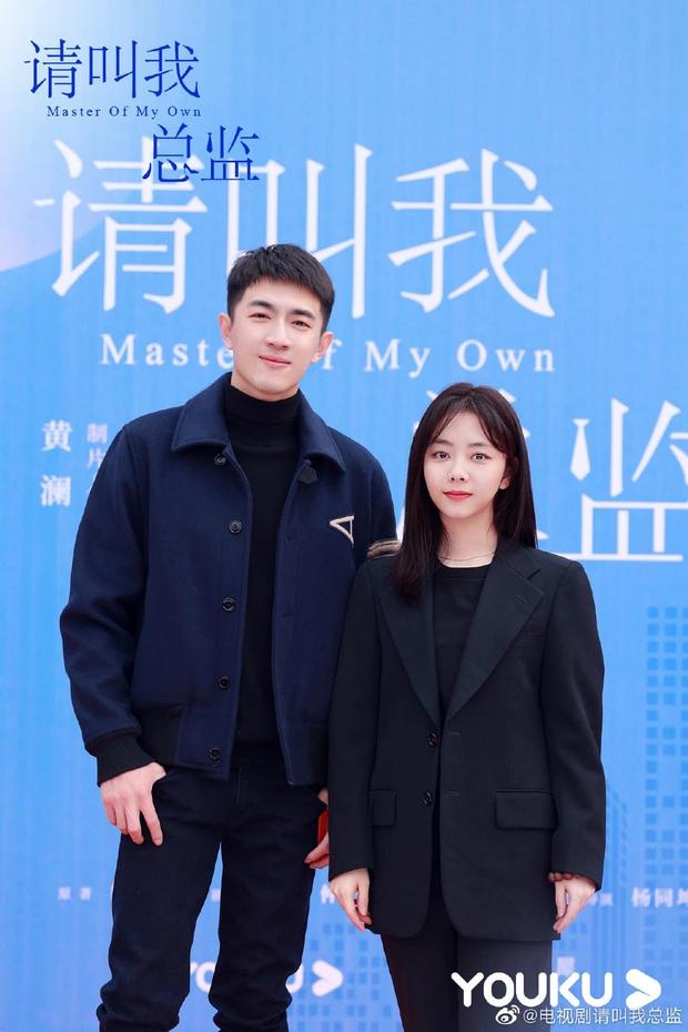 Đàm Tùng Vận lột xác, diện cây đen như phú bà cạnh trai siêu hư Lâm Canh Tân ở lễ khai máy phim mới - Ảnh 7.