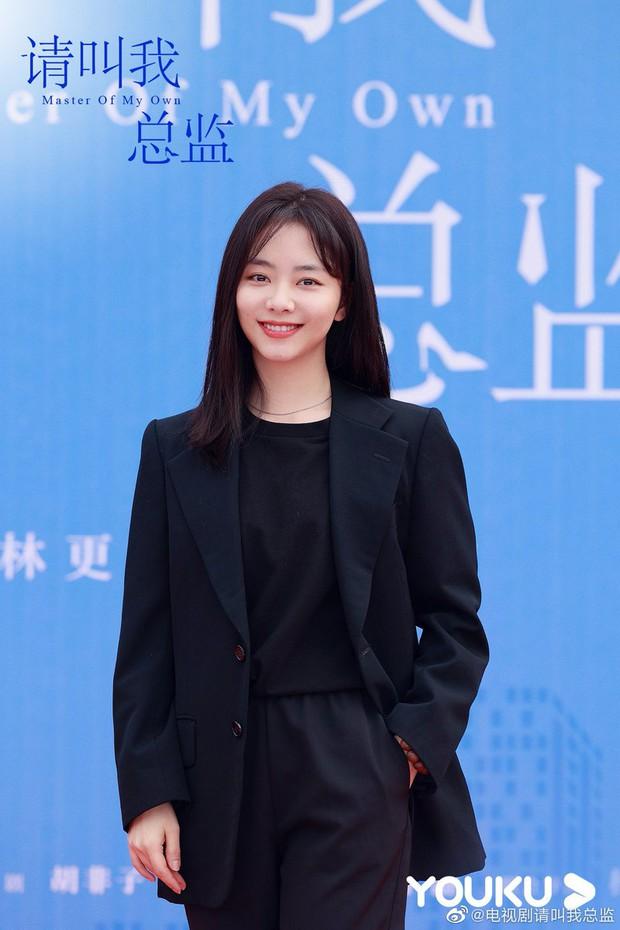 Đàm Tùng Vận lột xác, diện cây đen như phú bà cạnh trai siêu hư Lâm Canh Tân ở lễ khai máy phim mới - Ảnh 1.