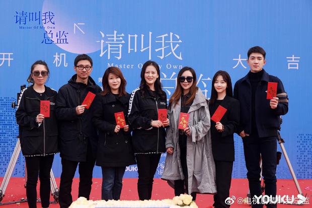 Đàm Tùng Vận lột xác, diện cây đen như phú bà cạnh trai siêu hư Lâm Canh Tân ở lễ khai máy phim mới - Ảnh 8.