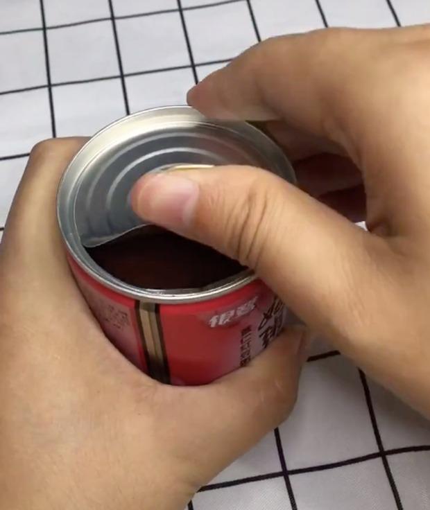 Hoá ra đó giờ ta toàn mở nắp đồ hộp sai cách mà chẳng hề biết, áp dụng mẹo này sẽ đỡ trầy da tróc vẩy biết bao - Ảnh 5.