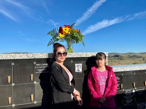 Thúy Nga tiết lộ bà xã Bé Heo mỗi ngày đều đi thăm mộ cố NS Chí Tài, kể điều đặc biệt về người quá cố khiến ai nghe cũng xúc động - Ảnh 2.
