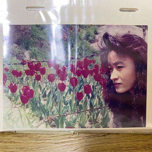 Nữ thần Kpop thường xuyên bị đồn dao kéo vì mũi cao đến khó tin, ai dè ảnh thời trẻ của mẹ đập tan luôn nghi vấn - Ảnh 3.