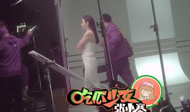 Ảnh hậu trường tiết lộ body thực tế của Trương Bá Chi, tin đồn mang thai lần 4 với Tạ Đình Phong là thật? - Ảnh 2.