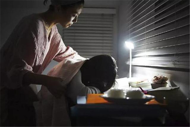 Phát hiện con gái xem clip nhạy cảm, bà mẹ có cách xử lý khiến ai cũng nể phục vì quá tinh tế - Ảnh 1.