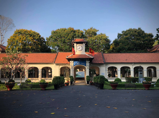 Một trường cấp 3 ở TP. HCM có tên là Luôn Hạnh Phúc, view sống ảo siêu đẹp, nhiều ngôi sao nổi tiếng từng theo học nơi đây - Ảnh 2.