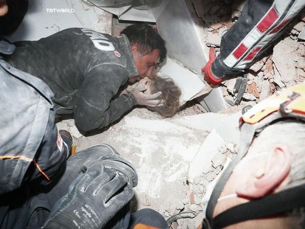 Người cha nghẹn ngào ôm hôn con gái sống sót thần kỳ sau 91 giờ bị vùi lấp bởi trận động đất từng gây bão MXH giờ có cuộc sống khác xưa - Ảnh 1.