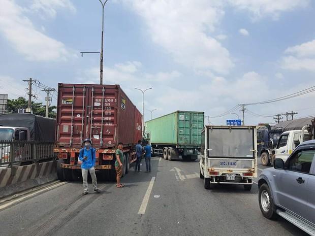 TP.HCM: Ô tô 7 chỗ bị ép bẹp dúm, mắc kẹt giữa 2 xe container khiến nhiều người rùng mình - Ảnh 2.
