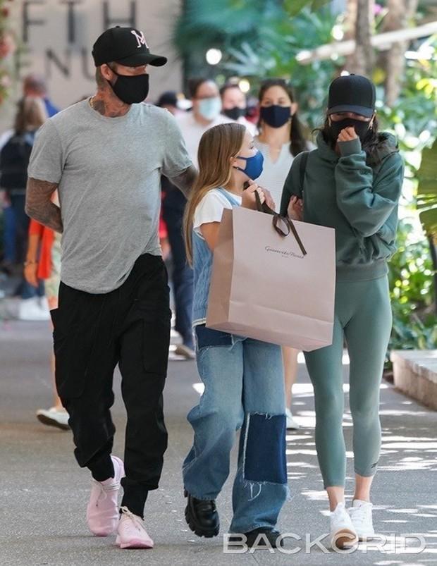 Vóc dáng cao lớn phổng phao của con gái David Beckham chiếm spotlight khi xuất hiện bên bố mẹ - Ảnh 2.