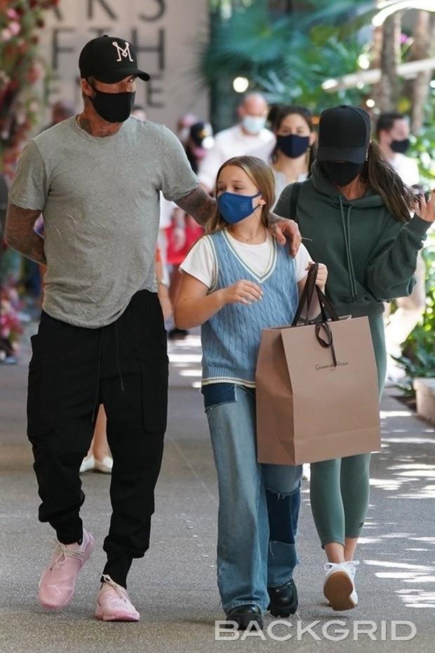 Vóc dáng cao lớn phổng phao của con gái David Beckham chiếm spotlight khi xuất hiện bên bố mẹ - Ảnh 3.