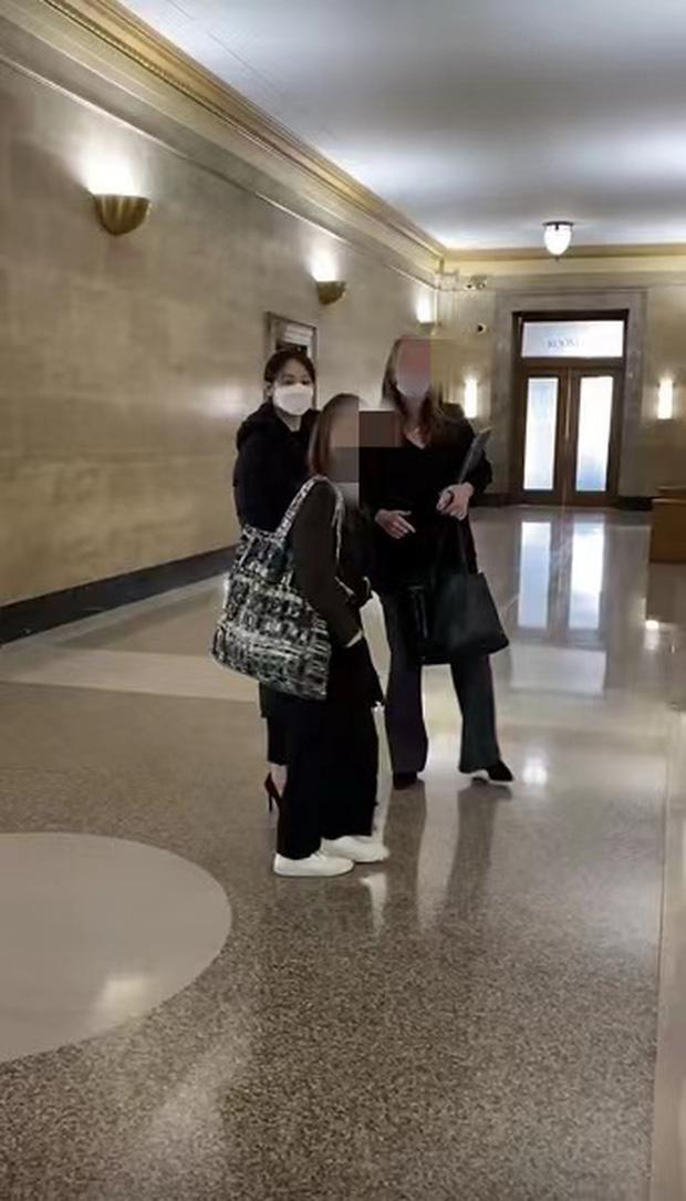 Công bố hình ảnh của Trịnh Sảng tại toà án Mỹ: Tiều tụy, che mặt kín mít nhưng đôi cao gót chảnh choẹ gây chú ý - Ảnh 2.