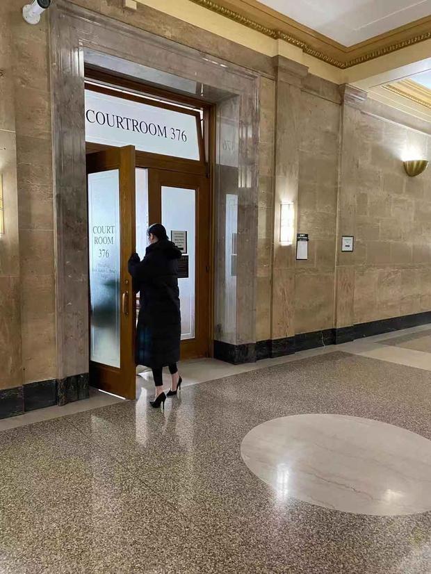 Công bố hình ảnh của Trịnh Sảng tại toà án Mỹ: Tiều tụy, che mặt kín mít nhưng đôi cao gót chảnh choẹ gây chú ý - Ảnh 5.