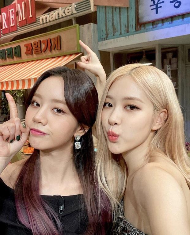 Học BLACKPINK cách giữ tình bạn bền lâu: Jennie tranh cà thẻ với Irene, Rosé được bao cũng nhất mực đòi chị Hyeri chia tiền! - Ảnh 3.