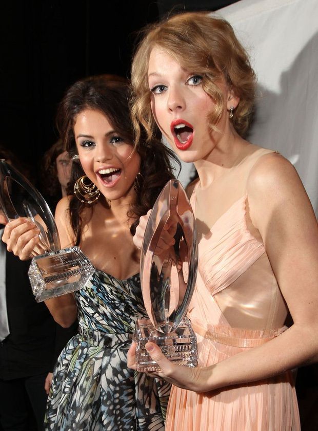 Hot rần rần màn đọ sắc của 2 huyền thoại 1 thời: Selena hack tuổi đỉnh cao, Taylor Swift nhan sắc lên hương rõ ràng - Ảnh 5.