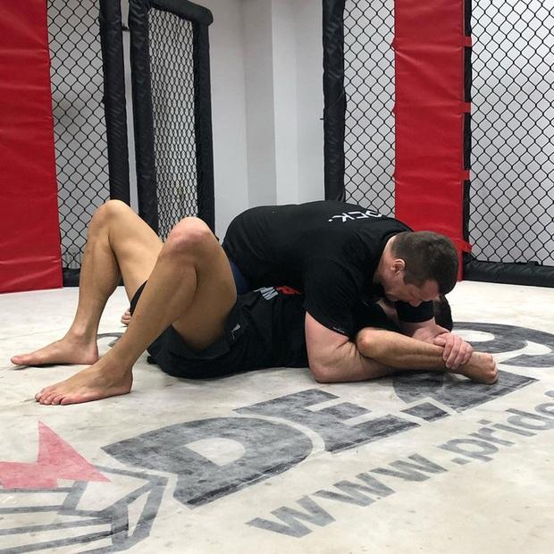 Á quân World Cup 2018 cả gan bước lên thượng đài cùng huyền thoại MMA, toang luôn sau chưa đầy một phút - Ảnh 3.