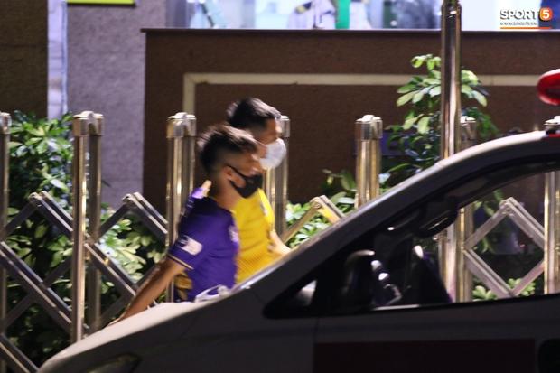 HLV thể lực người Hàn Quốc vừa đi vừa khóc khi vào viện thăm Hùng Dũng - Ảnh 7.