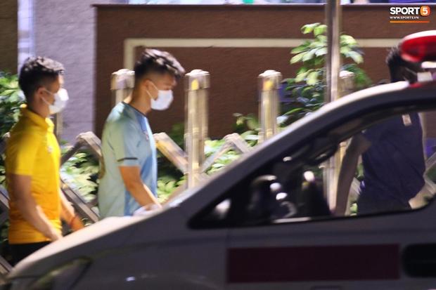 HLV thể lực người Hàn Quốc vừa đi vừa khóc khi vào viện thăm Hùng Dũng - Ảnh 8.