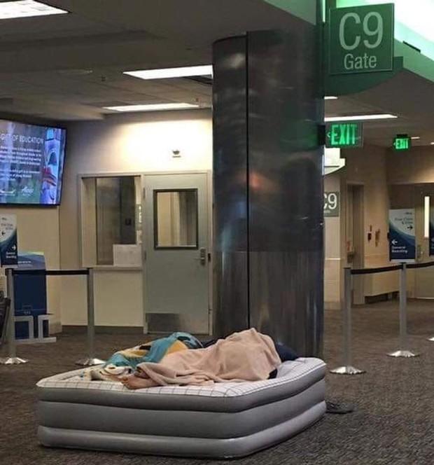Xỉu up xỉu down với những hình ảnh siêu quái lạ được chụp lại ở sân bay, trường hợp cuối mới là gây sốc nhất - Ảnh 1.