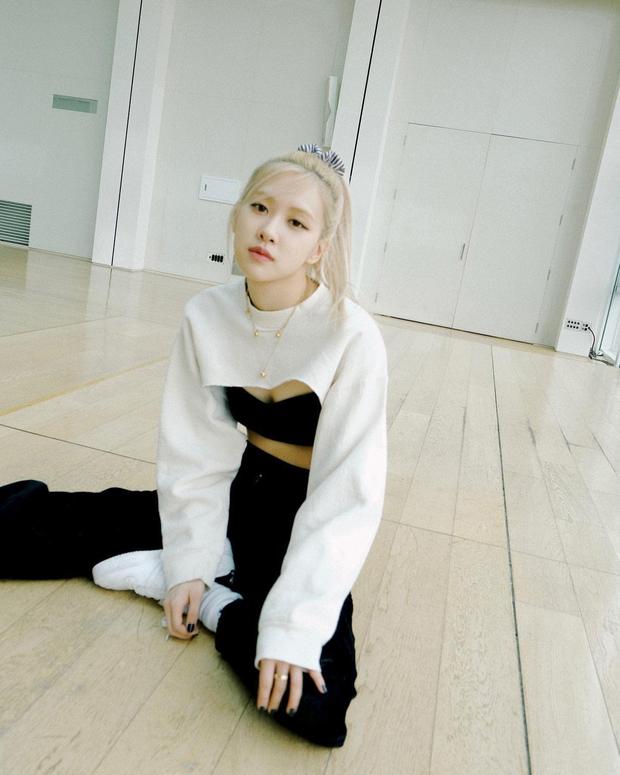 """Rosé diện mốt """"áo què"""" giống hệt Lisa nhưng netizen chỉ mải dán mắt vào vòng eo gây choáng - Ảnh 2."""