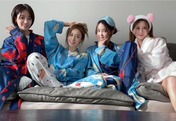4 thành viên T-ara hội ngộ, Jiyeon tiết lộ chuyện giấu điện thoại vào áo lót vì bị cấm sử dụng - Ảnh 1.