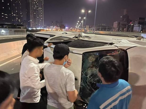 Ô tô lật nhào trên cầu Sài Gòn, 2 người bị thương - Ảnh 3.