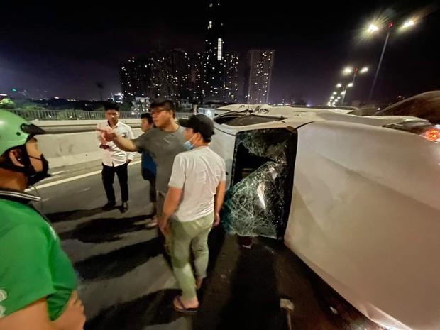 Ô tô lật nhào trên cầu Sài Gòn, 2 người bị thương - Ảnh 4.