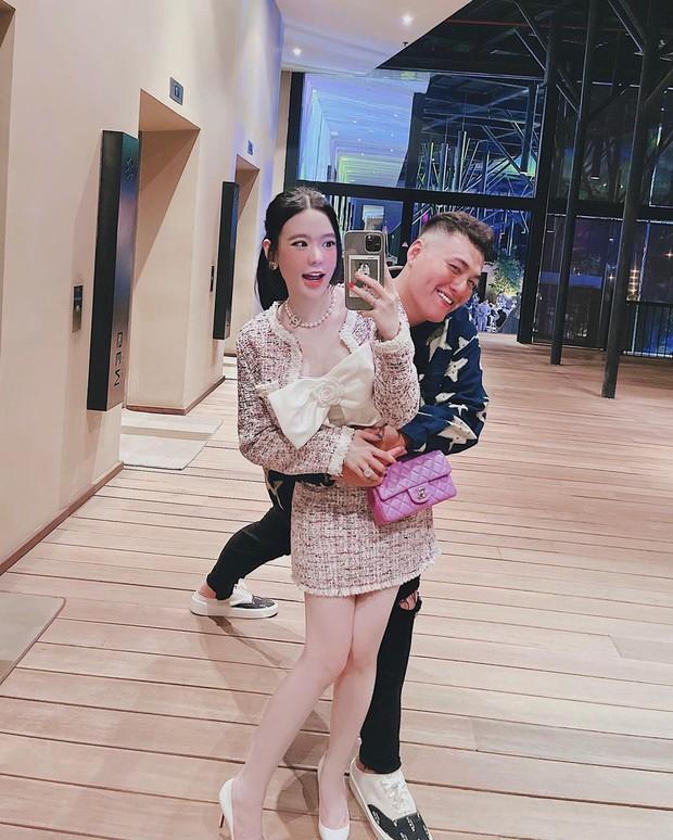 """Đứng cạnh vợ """"nấm lùn"""", con trai ông trùm điện tử Sài Gòn sở hữu chiều cao 1m91 đã có hành động cực kỳ tâm lý - Ảnh 1."""