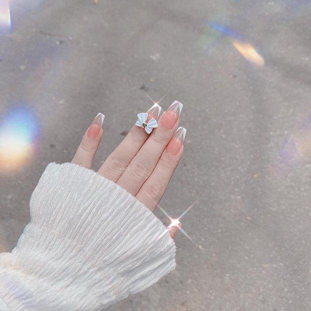 10 mẫu nail gắn charm xinh nhất tại các tiệm lúc này: Nàng nào thích style sang chảnh chấm ngay - Ảnh 17.