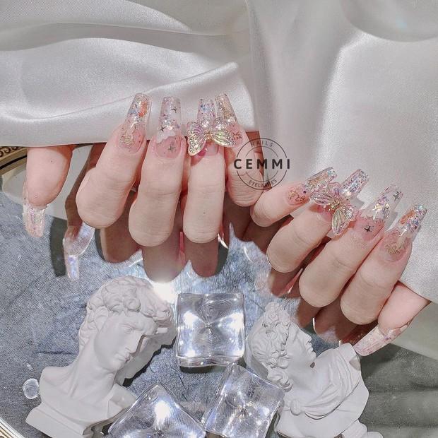 10 mẫu nail gắn charm xinh nhất tại các tiệm lúc này: Nàng nào thích style sang chảnh chấm ngay - Ảnh 15.