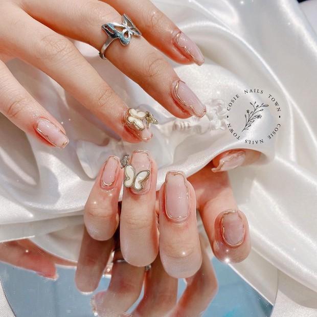 10 mẫu nail gắn charm xinh nhất tại các tiệm lúc này: Nàng nào thích style sang chảnh chấm ngay - Ảnh 19.